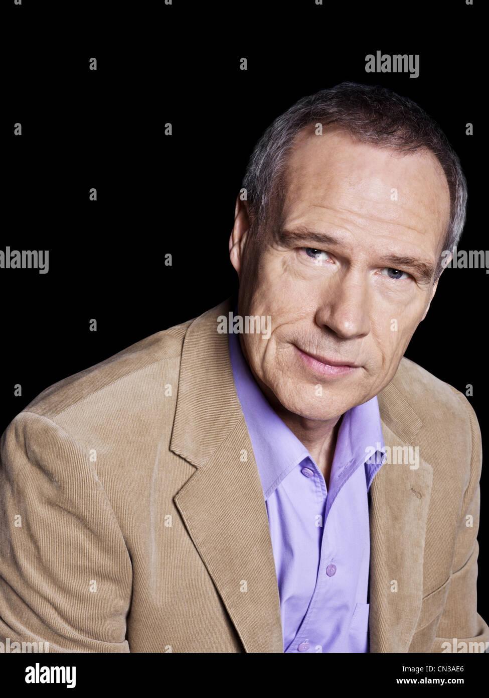 L'uomo indossando giacca beige, ritratto Immagini Stock