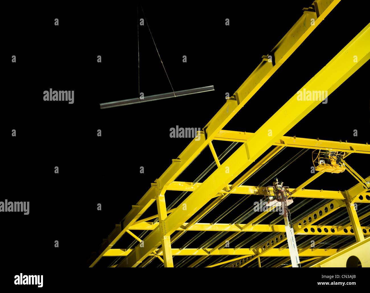 Giallo trave di acciaio quadro sul sito in costruzione Immagini Stock