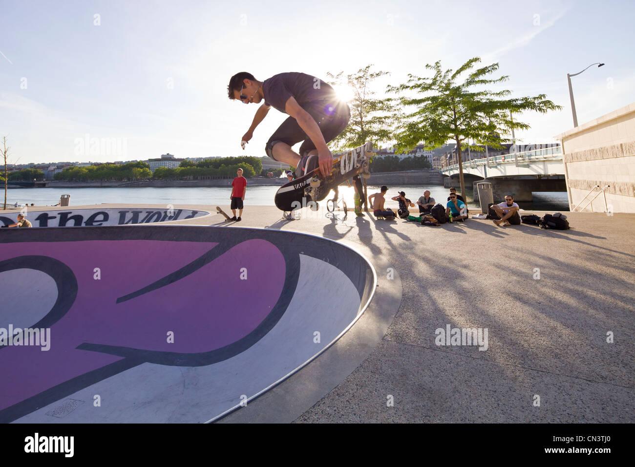 Francia, Rhone, Lione, rullo skateboard sul Rhone river Quays Immagini Stock