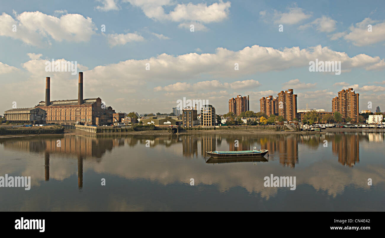 Paesaggio con edifici industriali sul Fiume Tamigi, a Chelsea, Londra Immagini Stock