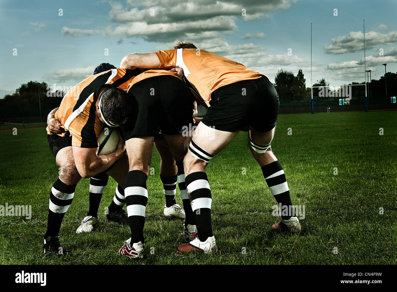 Giocatori di rugby in scrum su piazzola Foto Stock