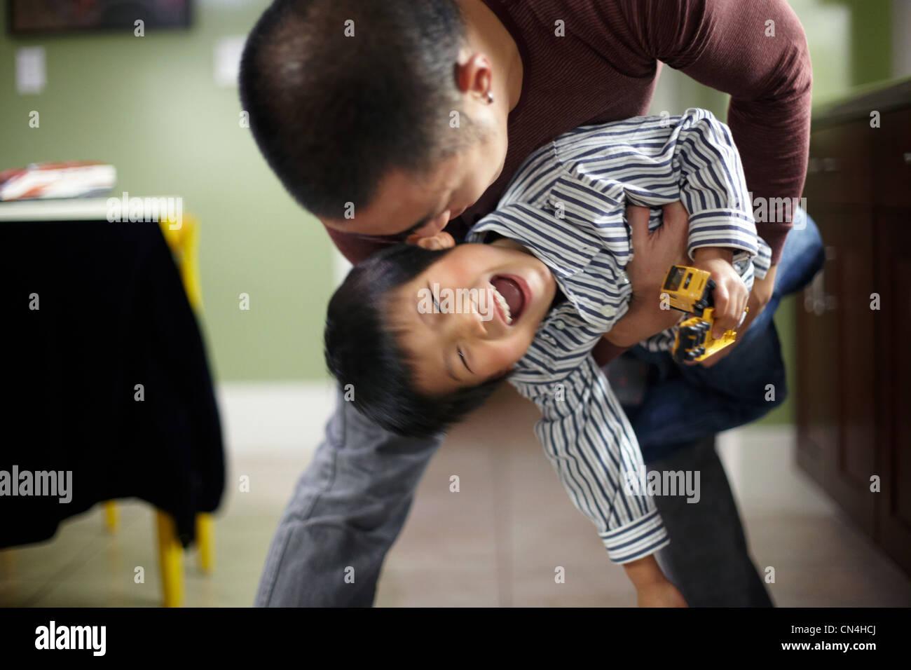 Uomo e ragazzo giocando Immagini Stock