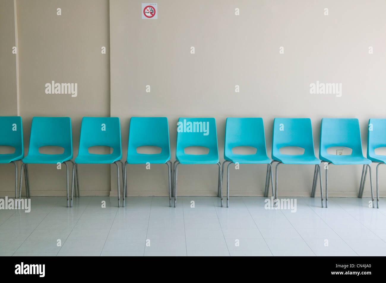 Fila di sedie di plastica Immagini Stock