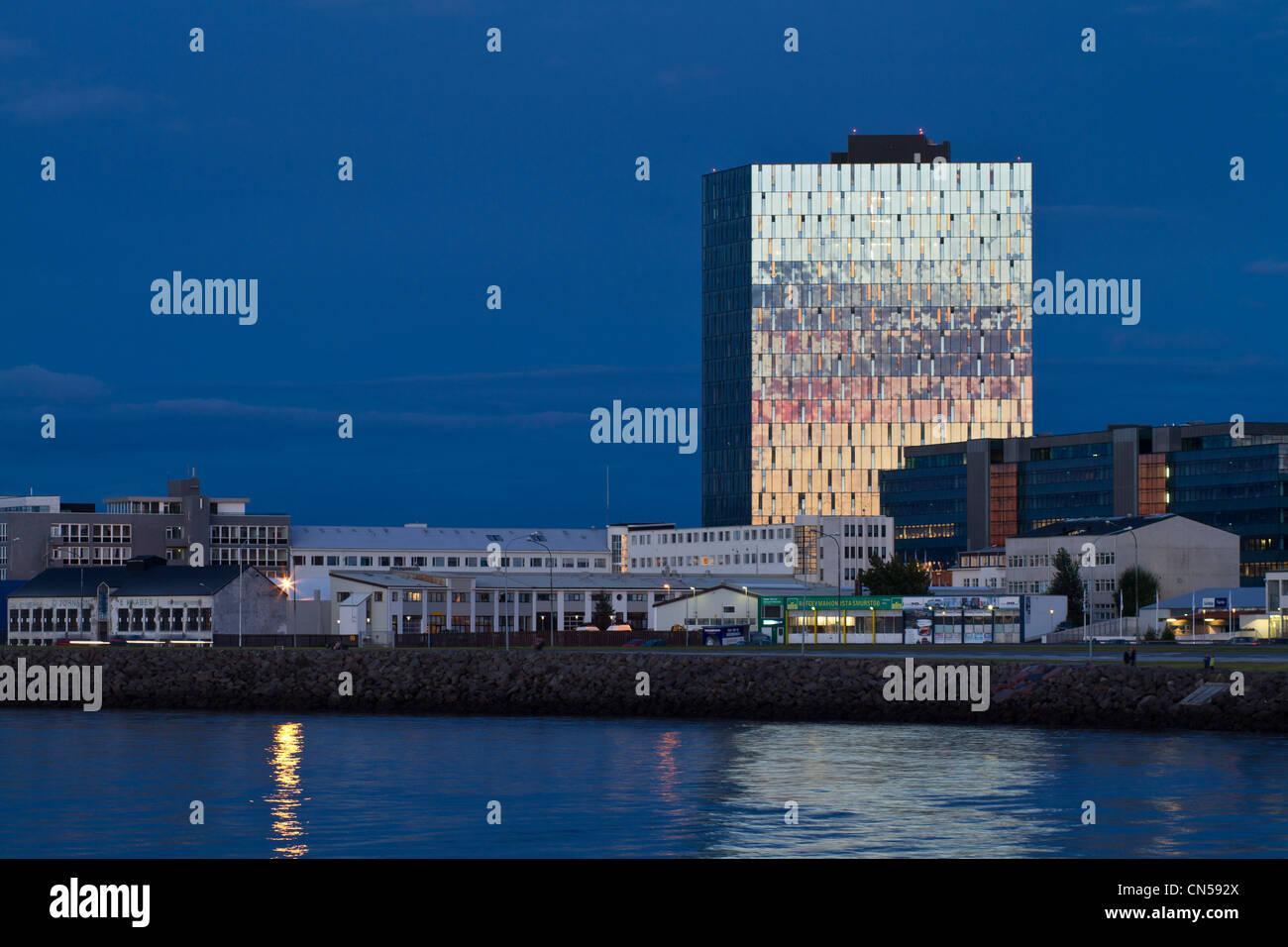 L'Islanda, Reykjavik, riflesso del tramonto su di un edificio è la vicinanza del quay dell'avenue SÊbraut Immagini Stock