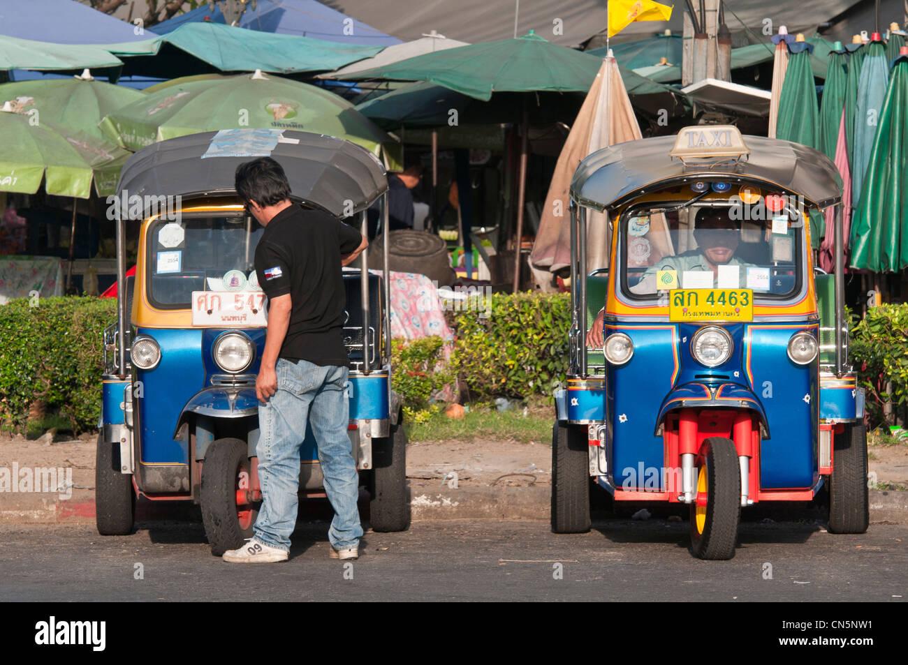 Thailandia, Bangkok, il tuk-tuk, un mezzo di trasporto popolare con i turisti e tailandese. Immagini Stock