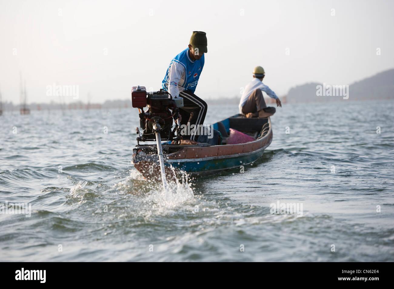 I pescatori all'alba di raccogliere le loro catture da gabbie cadere sul letto di Songkhla Lago. Immagini Stock