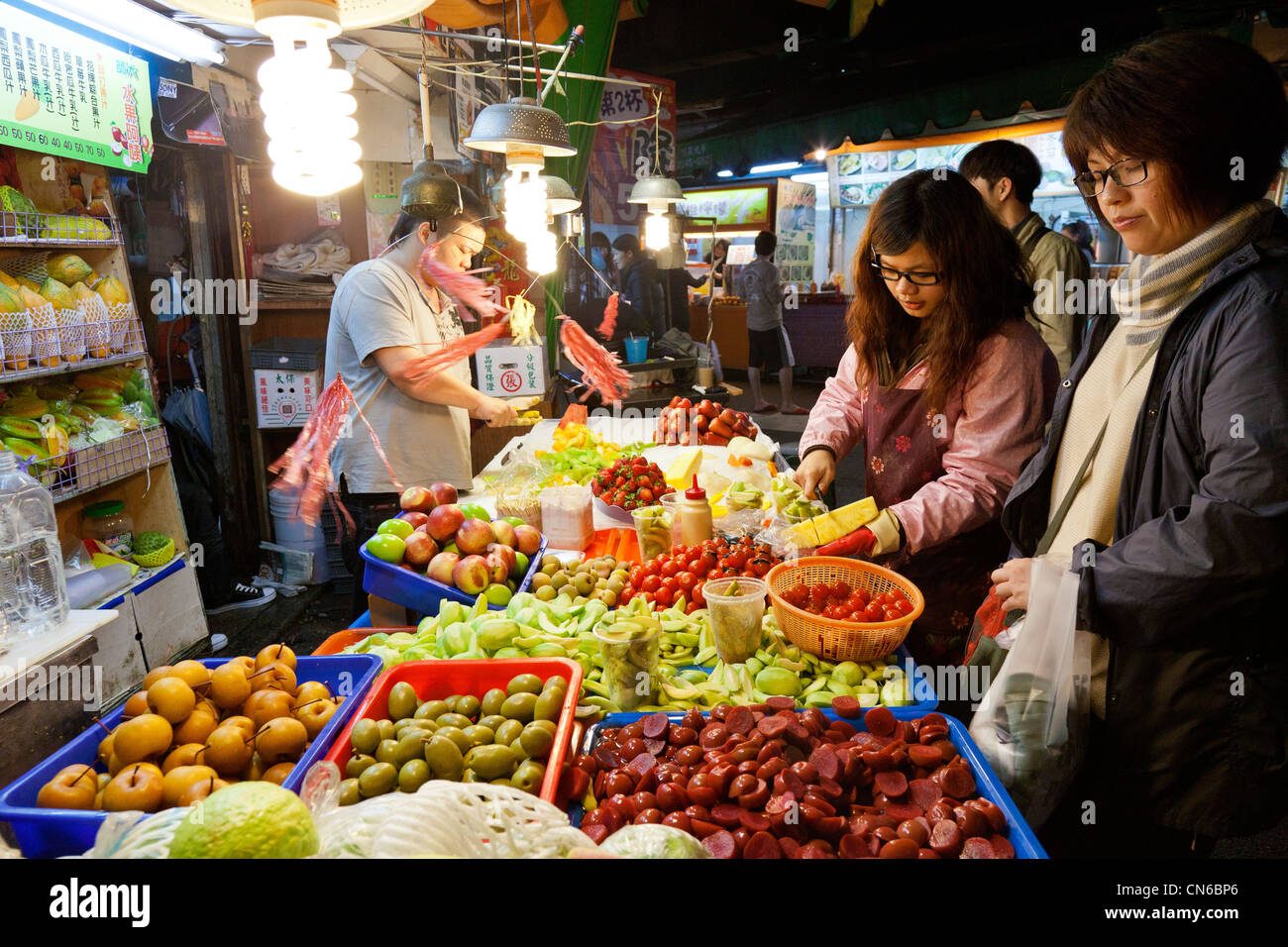 Shopping per i frutti di Shida Mercato Notturno, Taipei, Taiwan. JMH5639 Immagini Stock