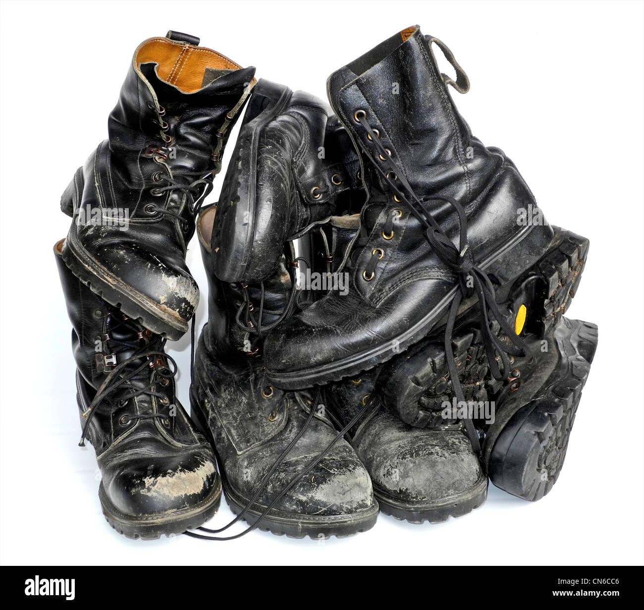 Una pila di vecchi stivali. Foto Stock
