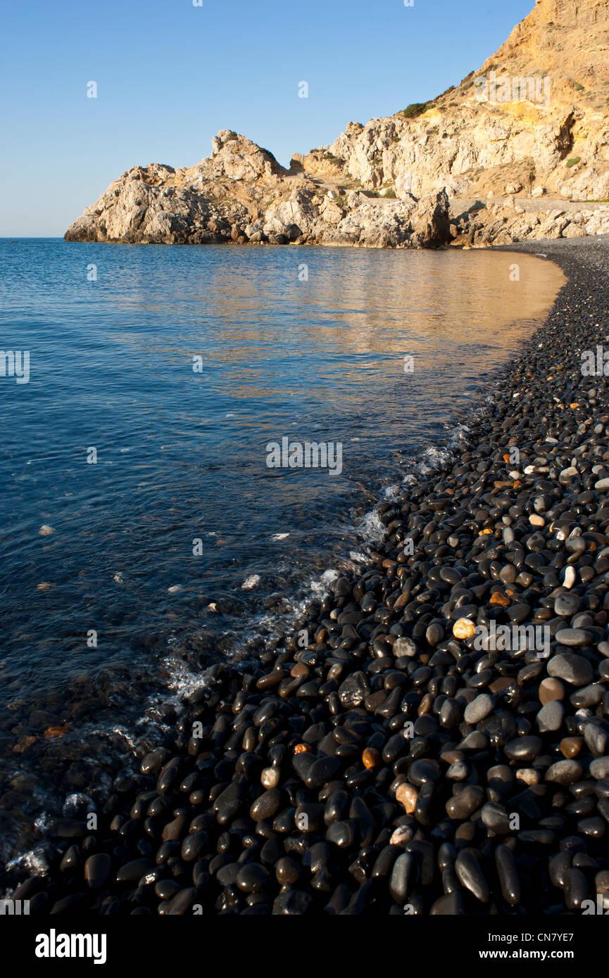 La Grecia, isola di Chios, Emporio, il nero sulla spiaggia di ciottoli di Mavra Volia Immagini Stock