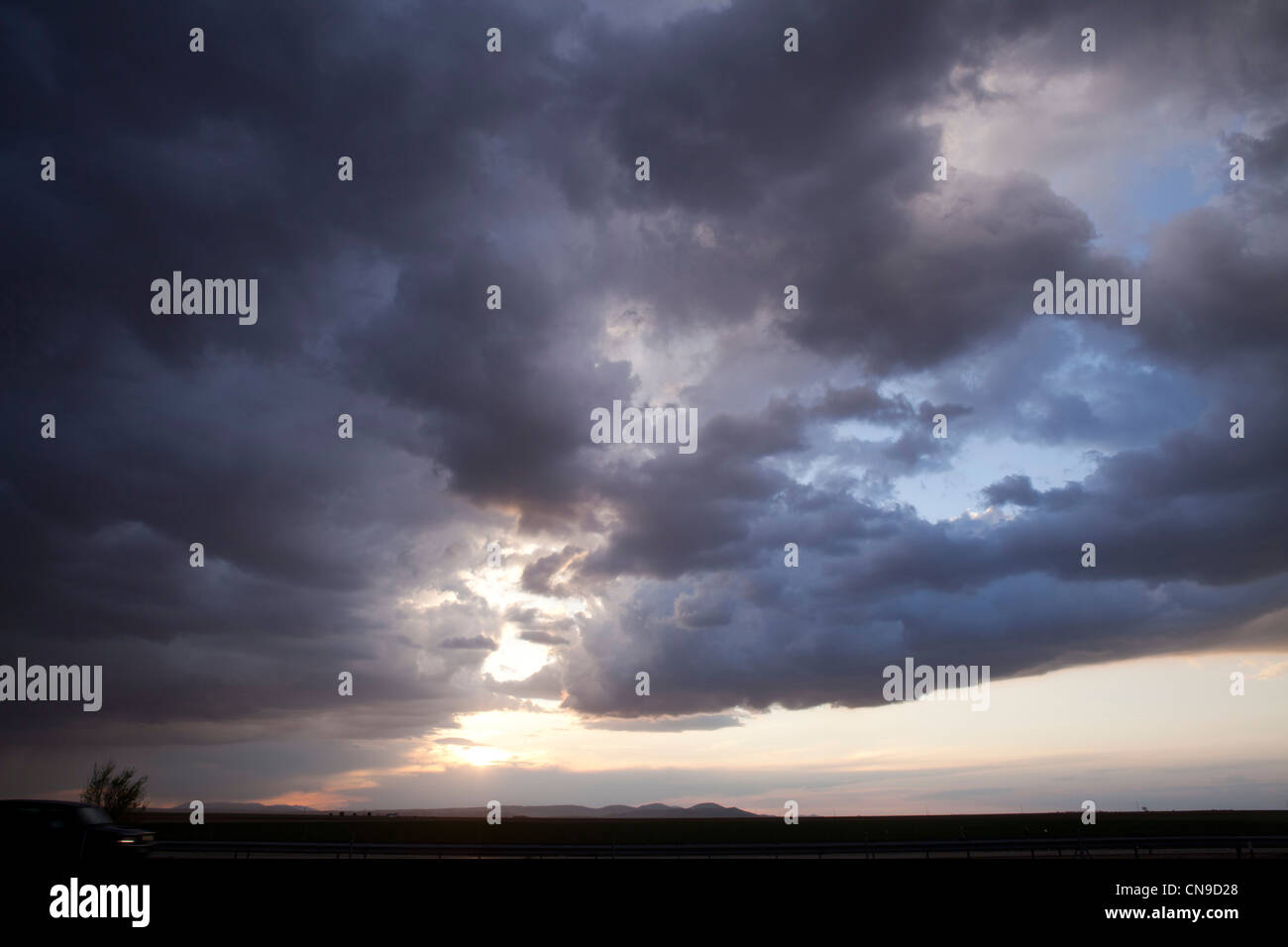 Sciare nel tardo pomeriggio le nuvole colori natura storm luz luce giorno di sole blu notte azul cielo tormenta Immagini Stock