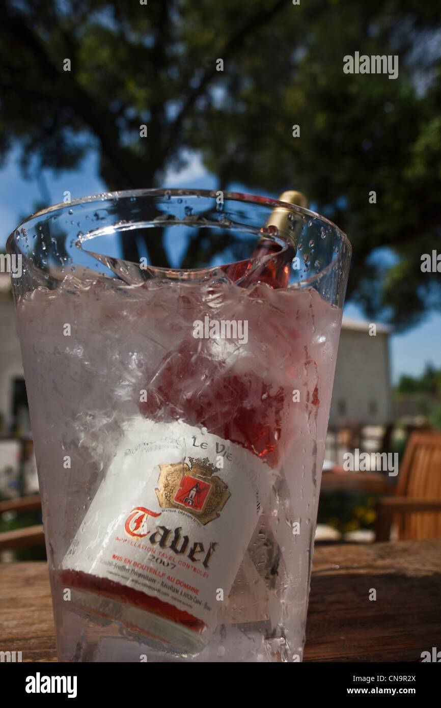 Francia, Gard, Tavel, Tavel AOC Rose bottiglia in una benna con ghiaccio Immagini Stock