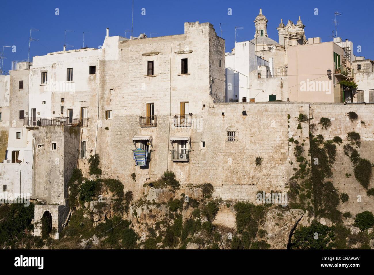 Italia Puglia Provincia di Bari, Polignano a Mare, villaggio costruito su una scogliera Immagini Stock