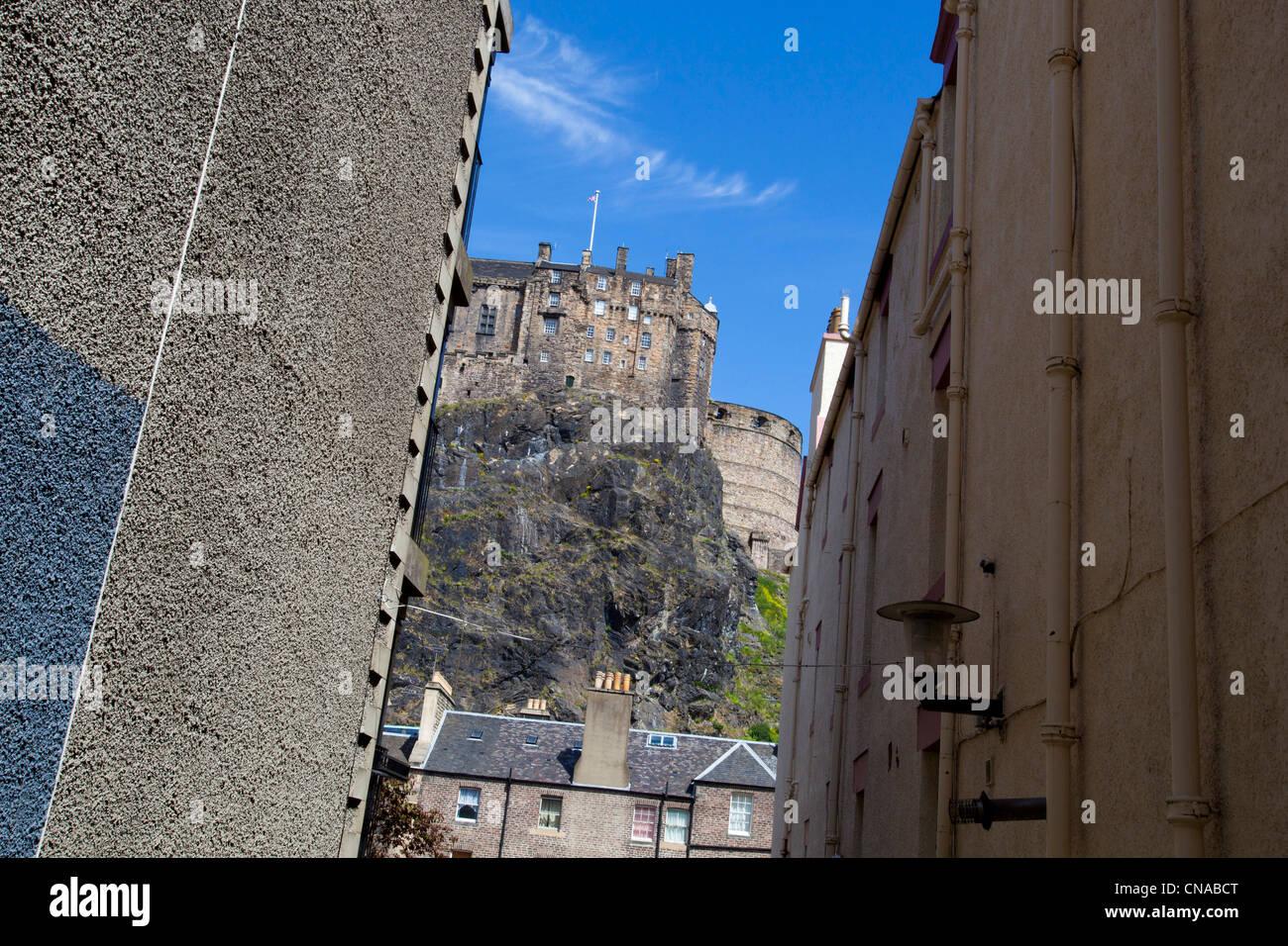 Il Castello di Edimburgo presi da un vicolo di via di seguito. Immagini Stock