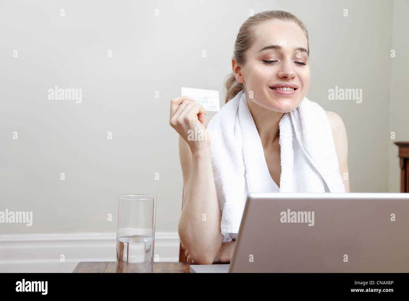 Donna sorridente lo shopping online Immagini Stock
