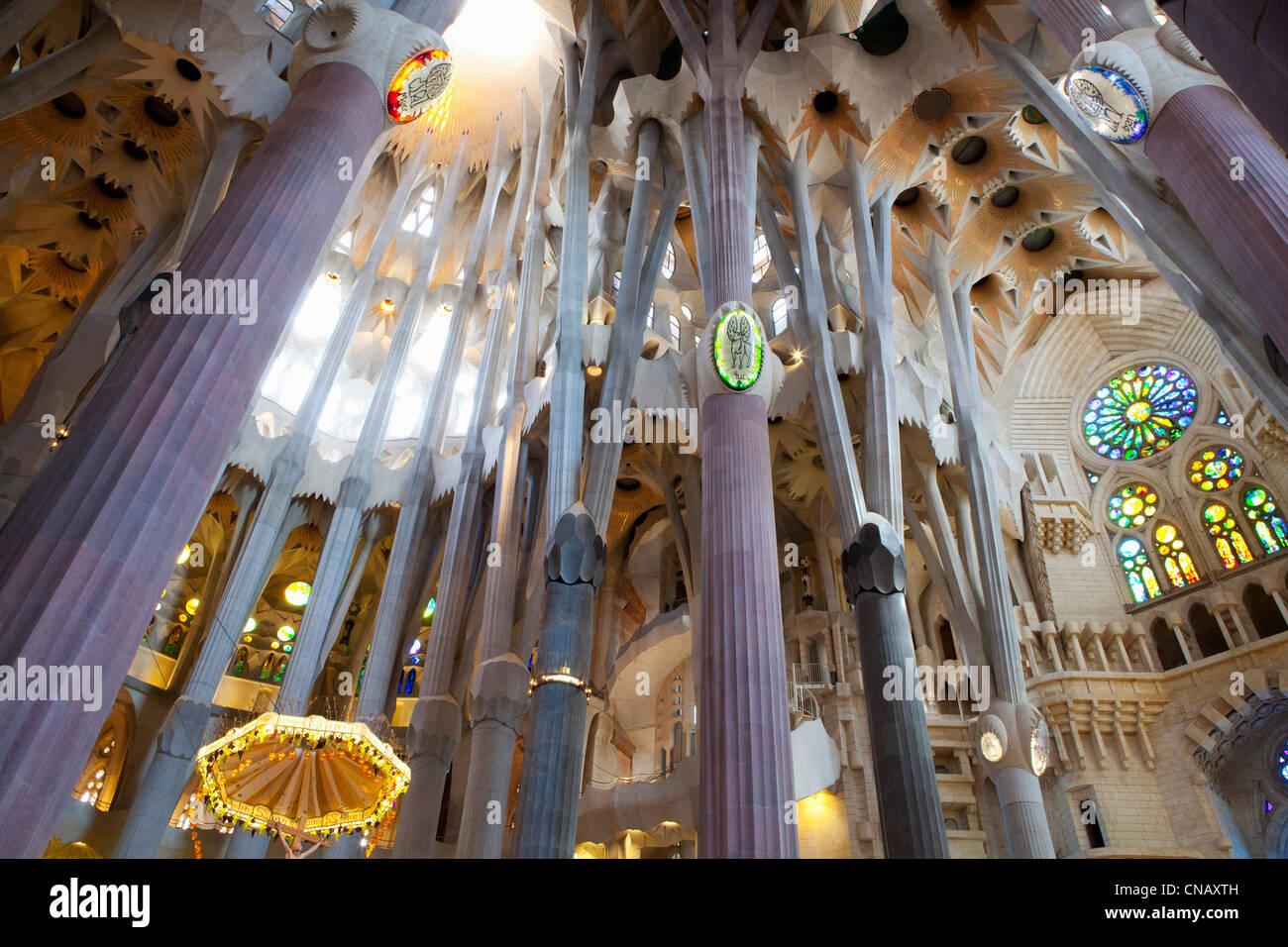 Interno della Sagrada Familia edificio Immagini Stock