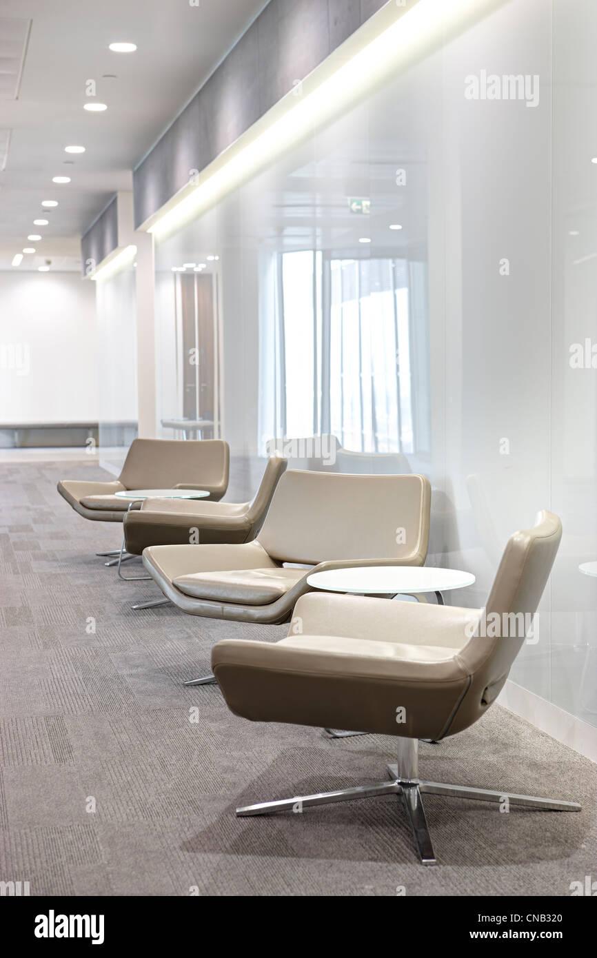 Vetro bianco beige parete corridoio di sedie da ufficio della città Immagini Stock