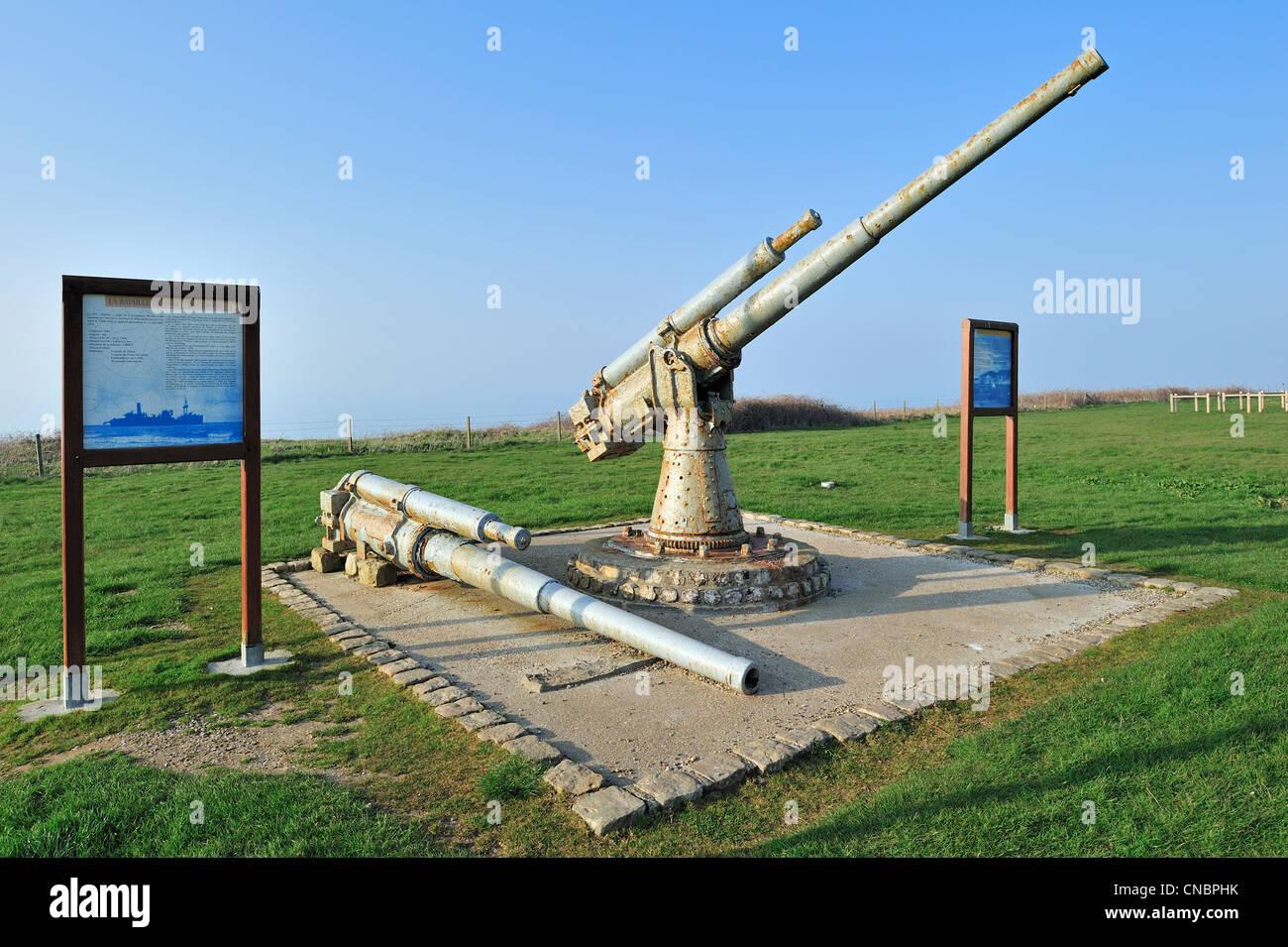 Seconda guerra mondiale memorial con 100mm-cannoni da la Corazzata francese barca da carico P21 Le Cerons a Veules Immagini Stock