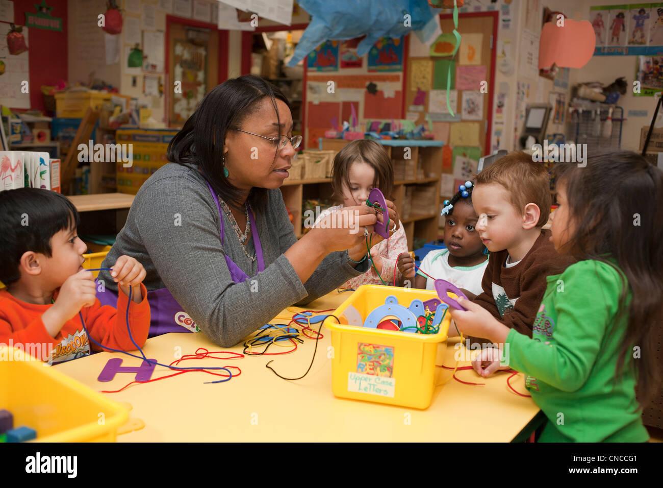 Scuola materna insegnanti e studenti Immagini Stock