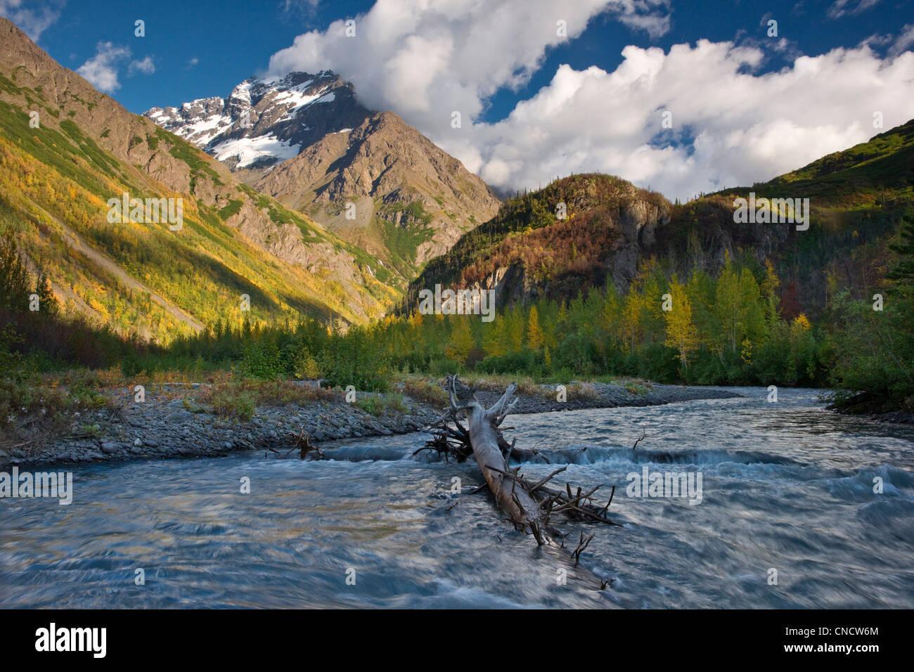 Vista panoramica della forcella ad est del fiume Eklutna e schivo picco, Chugach State Park, centromeridionale Alaska, Immagini Stock