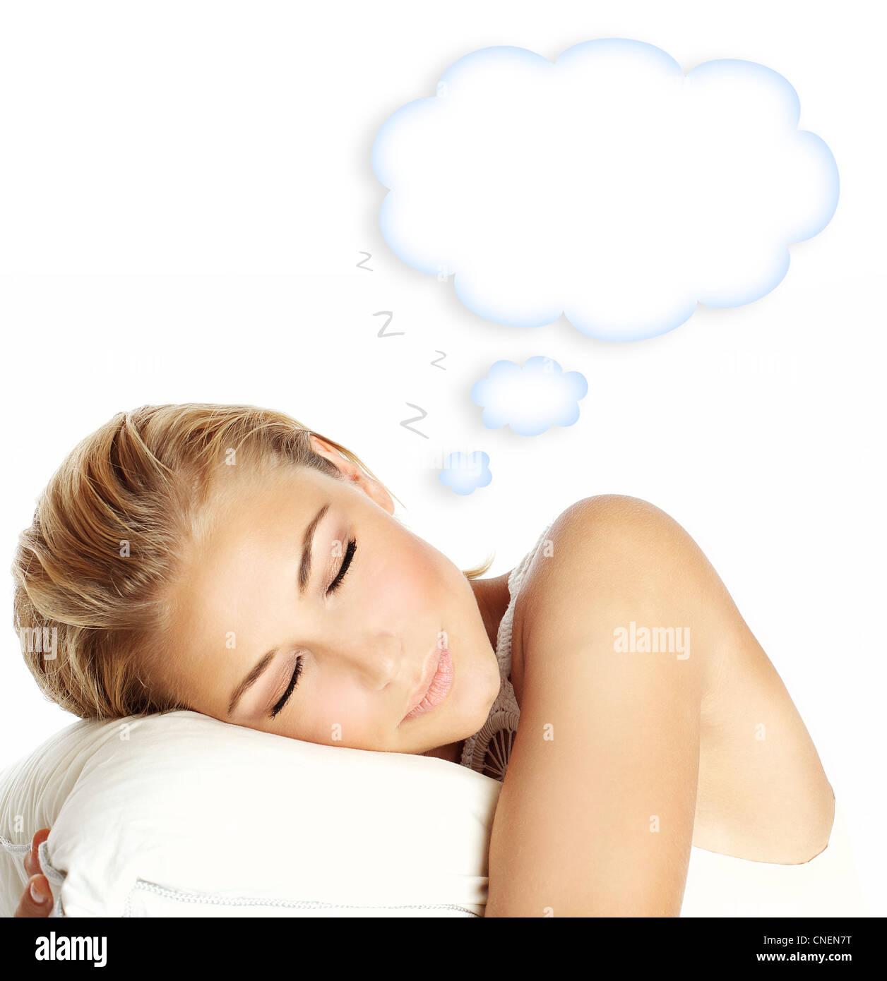 Giovane bella ragazza dorme, giacente sul cuscino e sognare, isolato su sfondo bianco con spazio copia, la cura Foto Stock