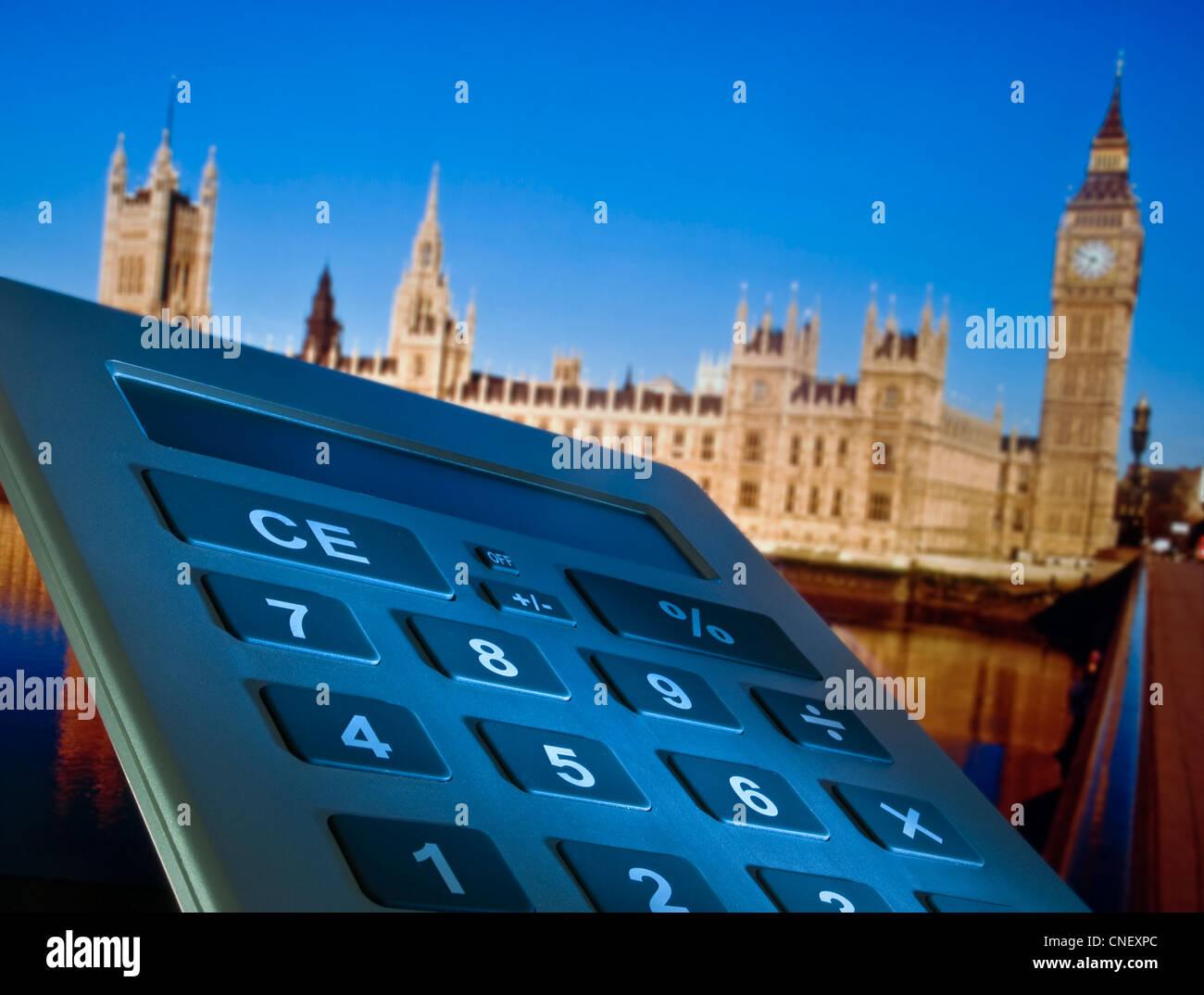 Concetto di immagine di una calcolatrice e Case del Parlamento in background Westminster London REGNO UNITO Immagini Stock