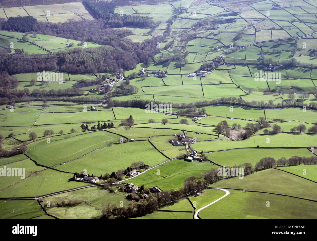 Vista aerea di inglese paesaggio rurale con i campi delimitati da muri in pietra a secco Immagini Stock