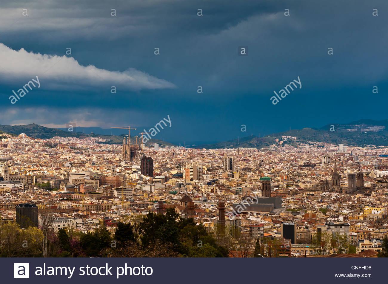 Skyline della città come si vede dal Montjuic con temporale in background, Barcellona, in Catalogna, Spagna Immagini Stock