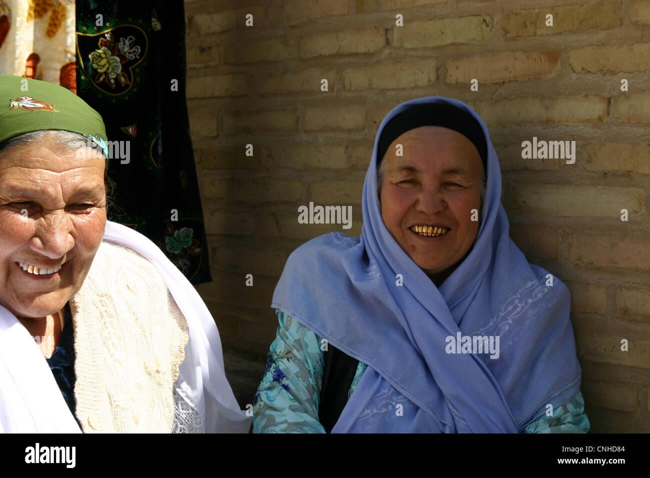 Signora tradizionale con denti di oro in Samarcanda, Uzbekistan Immagini Stock