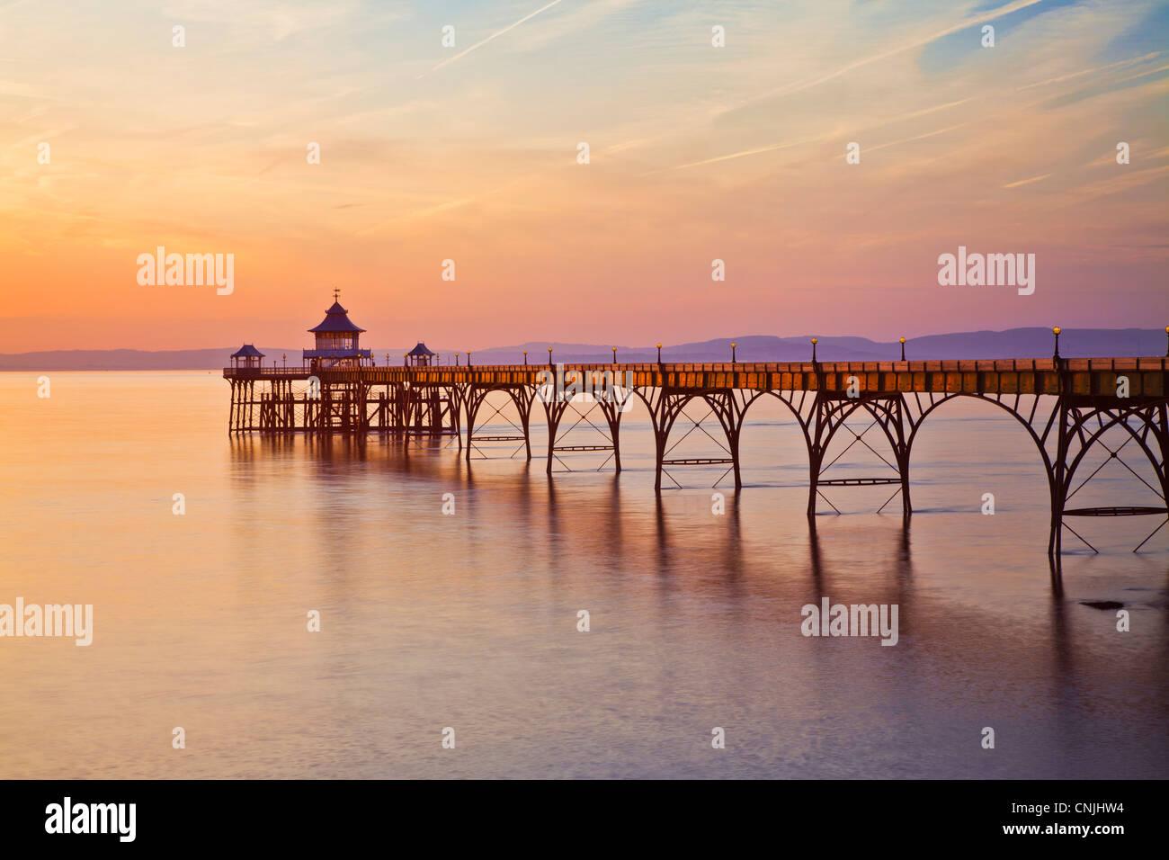 Luce della Sera cade sul molo di Clevedon, Somerset, Inghilterra, Regno Unito Immagini Stock