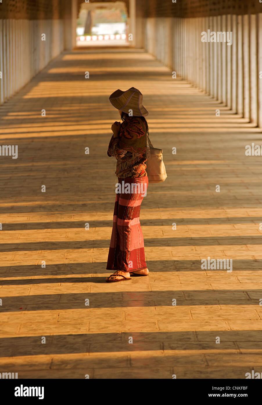 Donna birmana nel corridoio a pagoda di Shwezigon, Bagan. La Birmania. Modello rilasciato. Immagini Stock