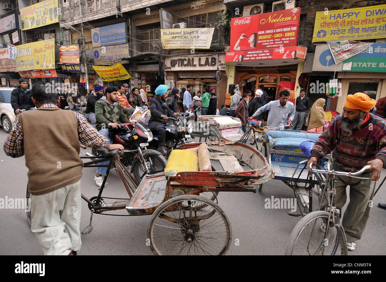 Asia India Punjab Amritsar il traffico caotico della città indiane Immagini Stock
