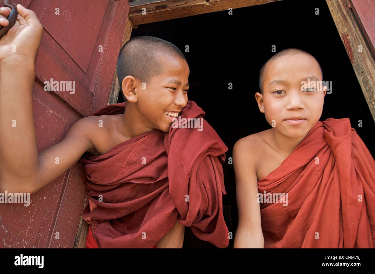 I monaci buddisti in corrispondenza della finestra di quarti, Kalaw Monastero, Birmania Immagini Stock