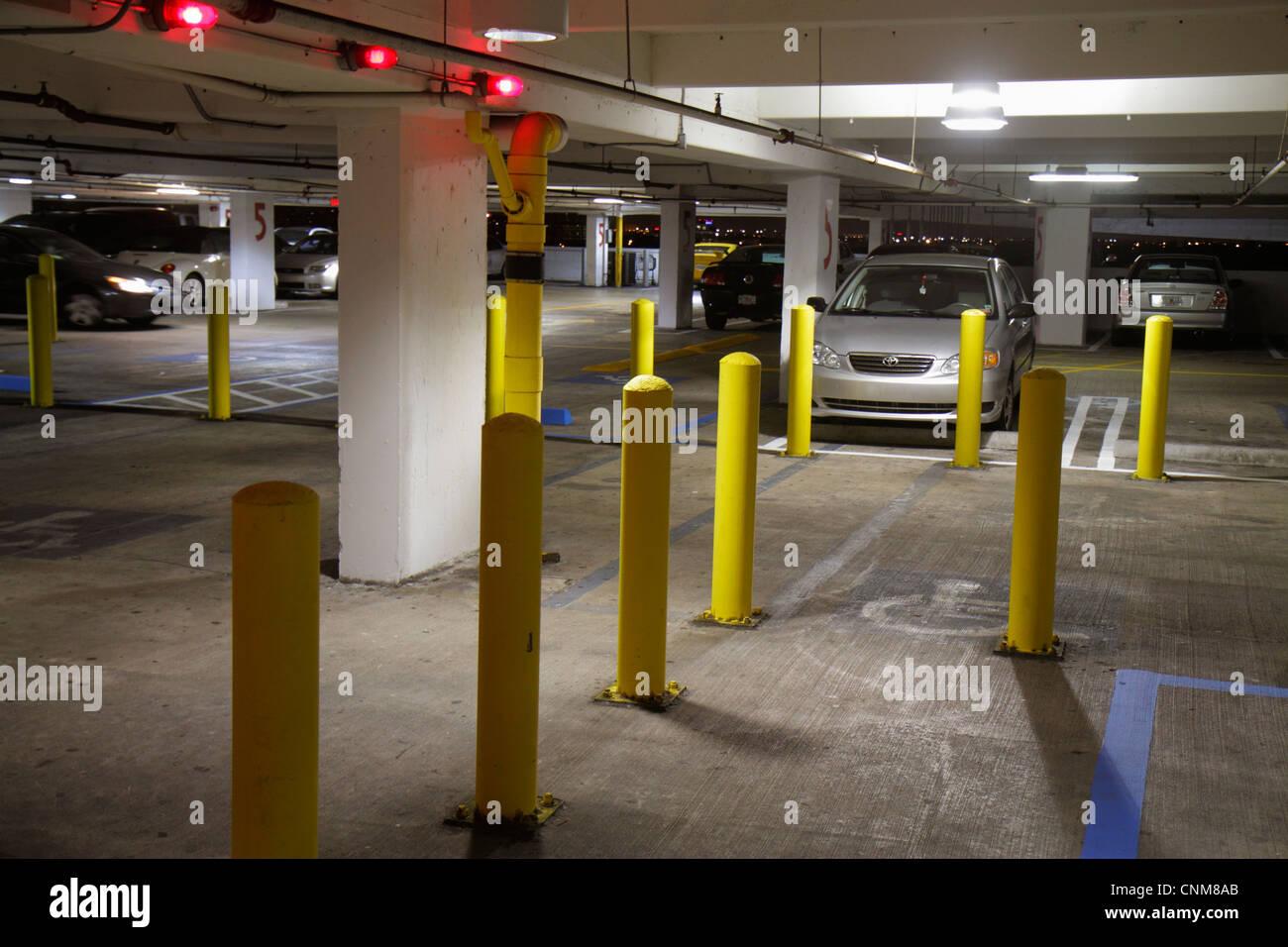 Miami florida garage pubblico illuminazione notturna foto