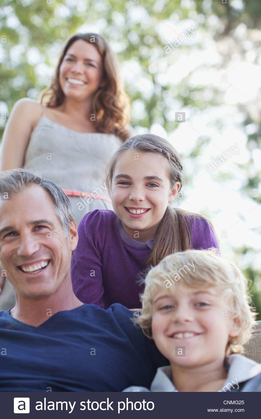 Famiglia rilassante insieme all'aperto Immagini Stock
