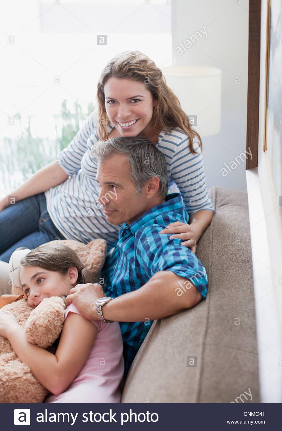 Rilassante in famiglia sul divano insieme Immagini Stock