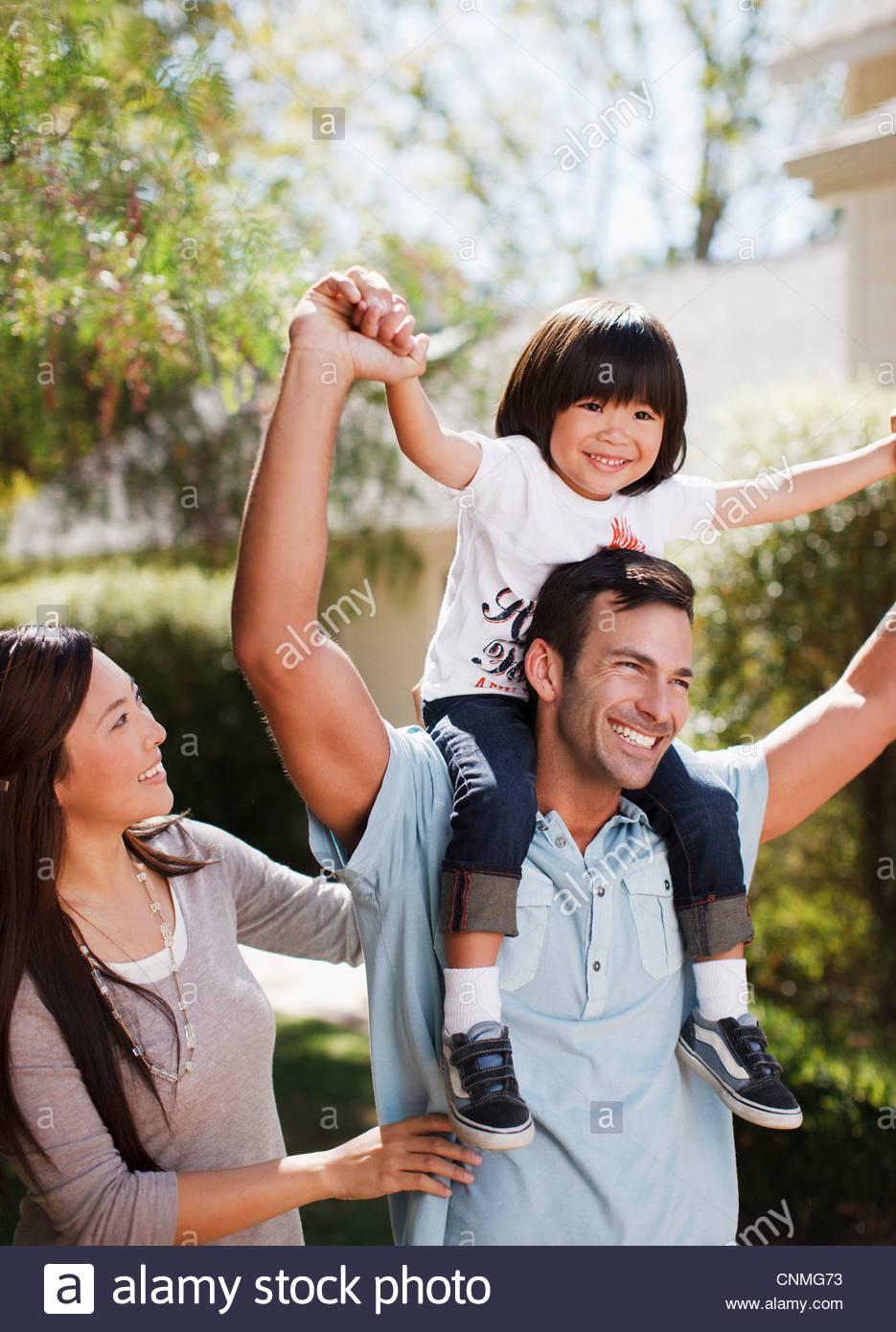 Famiglia camminare insieme all'aperto Immagini Stock