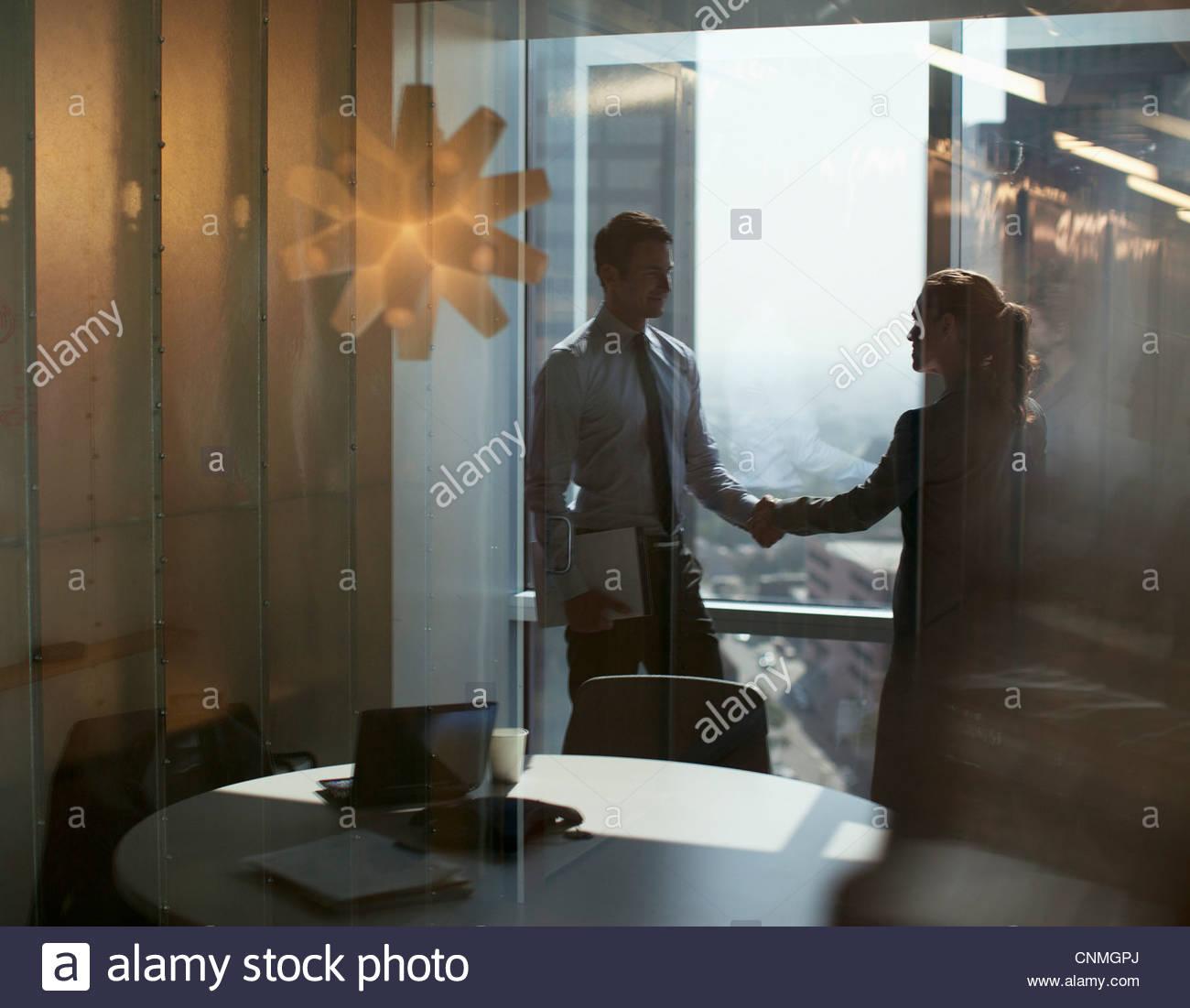 La gente di affari si stringono la mano in ufficio Immagini Stock