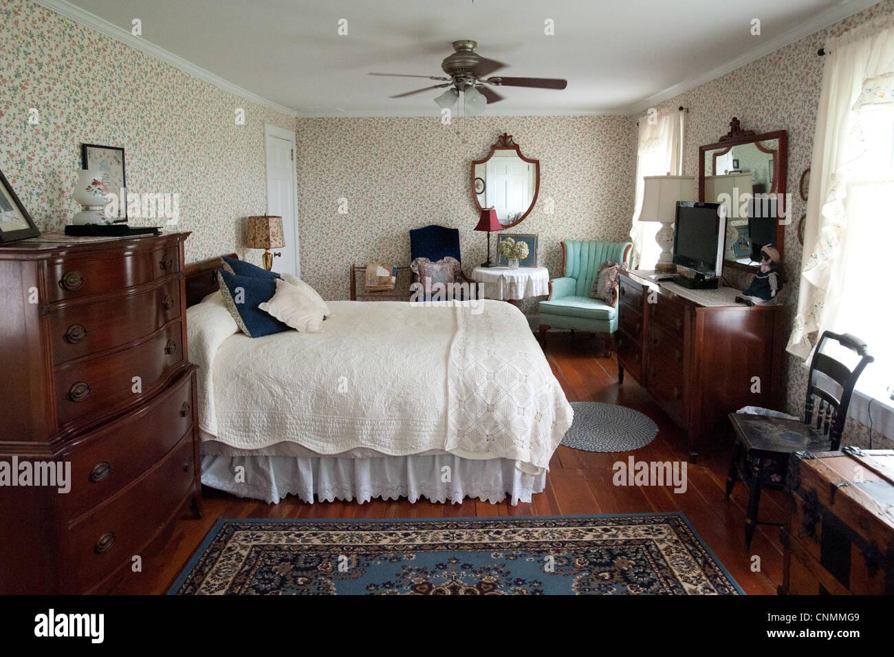 Camera da letto arredata con mobili di antiquariato in un ...