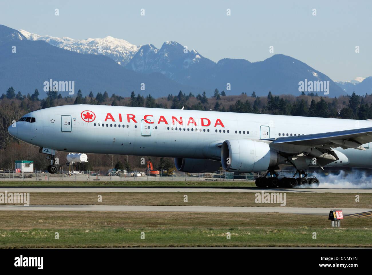 Air Canada C-FITW Boeing 777 (333/ER) aereo commerciale atterraggio all'Aeroporto Internazionale di Vancouver. Immagini Stock