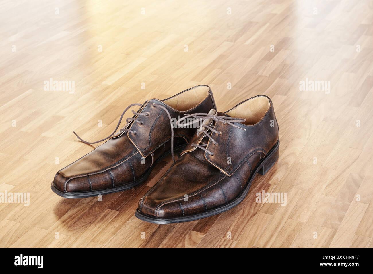 Un paio di scarpe marrone in una casa interno. Immagini Stock