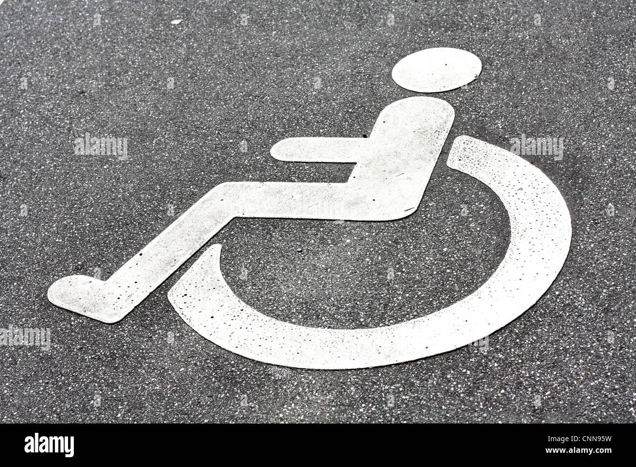 Un logo di disabilità in strada Immagini Stock