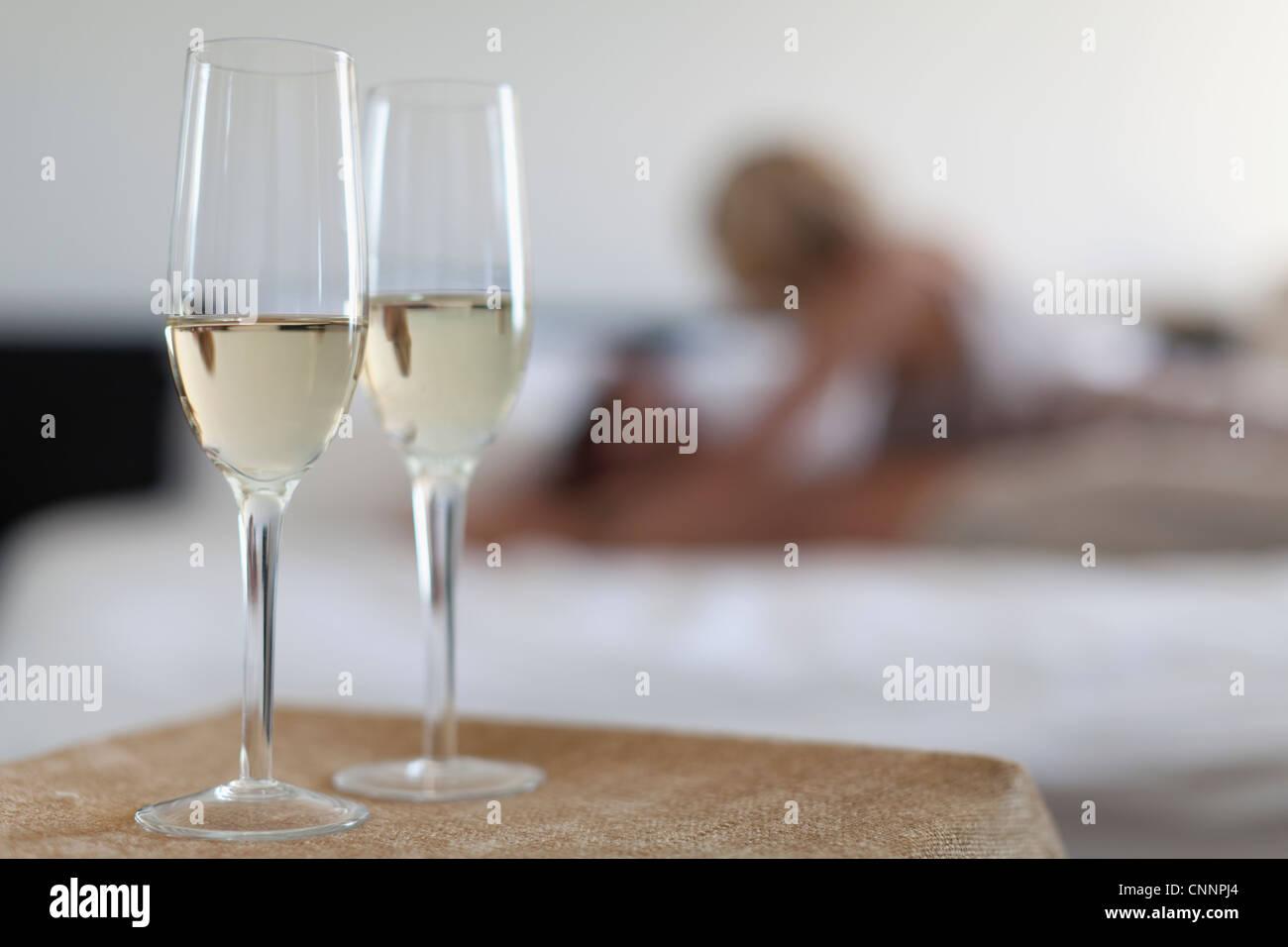 Camera Da Letto Color Champagne : Bicchieri da champagne in camera da letto foto immagine stock