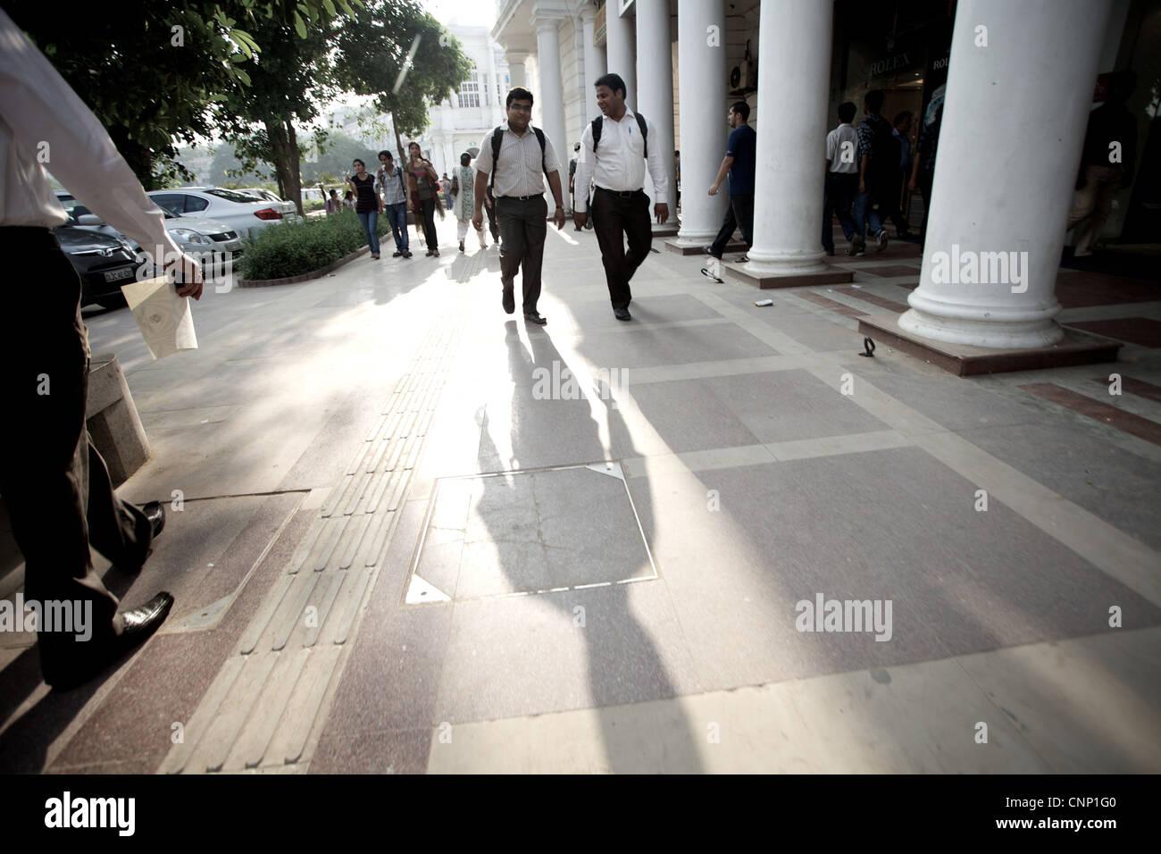 Gli amanti dello shopping a Connaught Place in New Delhi, India. Immagini Stock
