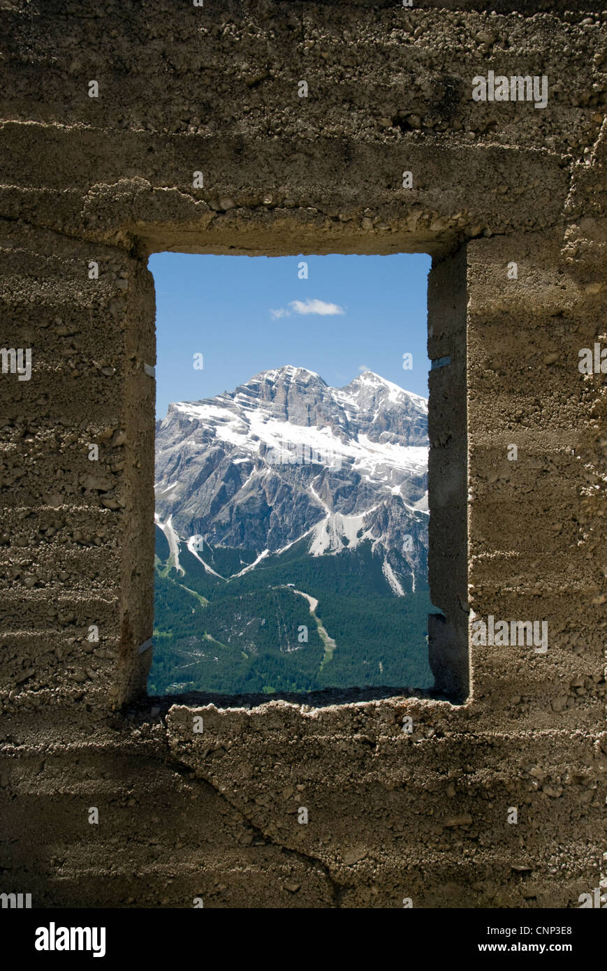 Tofana di Dentro, visto attraverso la finestra di una miniera abbandonata hut sul Monte Faloria, Cortina d'Ampezzo, Immagini Stock