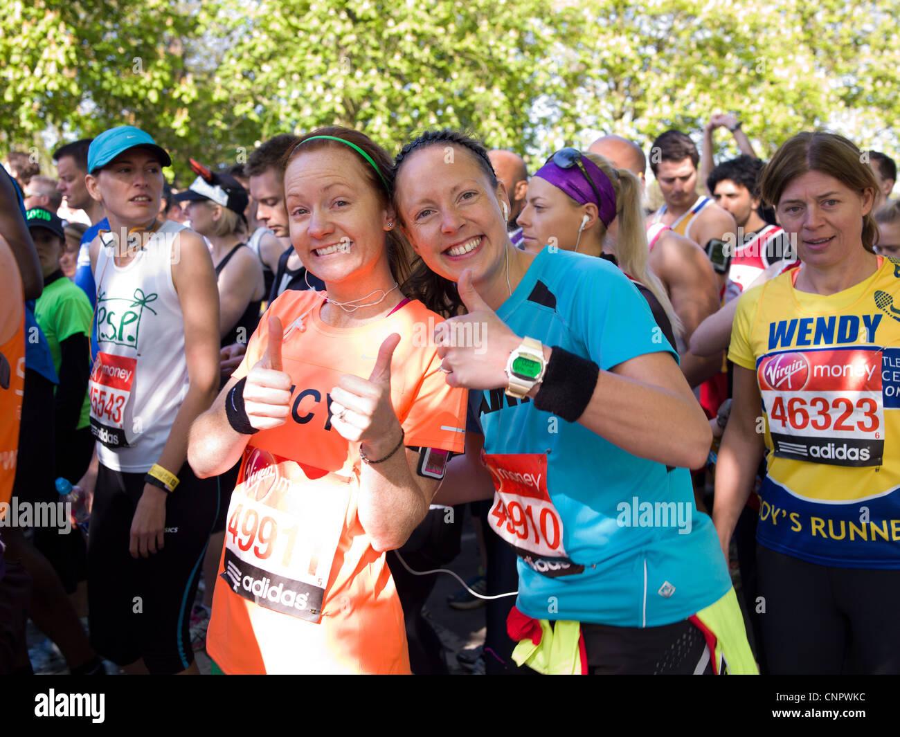 Maratona di Londra la carità guide, 9.35am rosso start Greenwich Park a Londra. Runner nel parco di Londra. Immagini Stock
