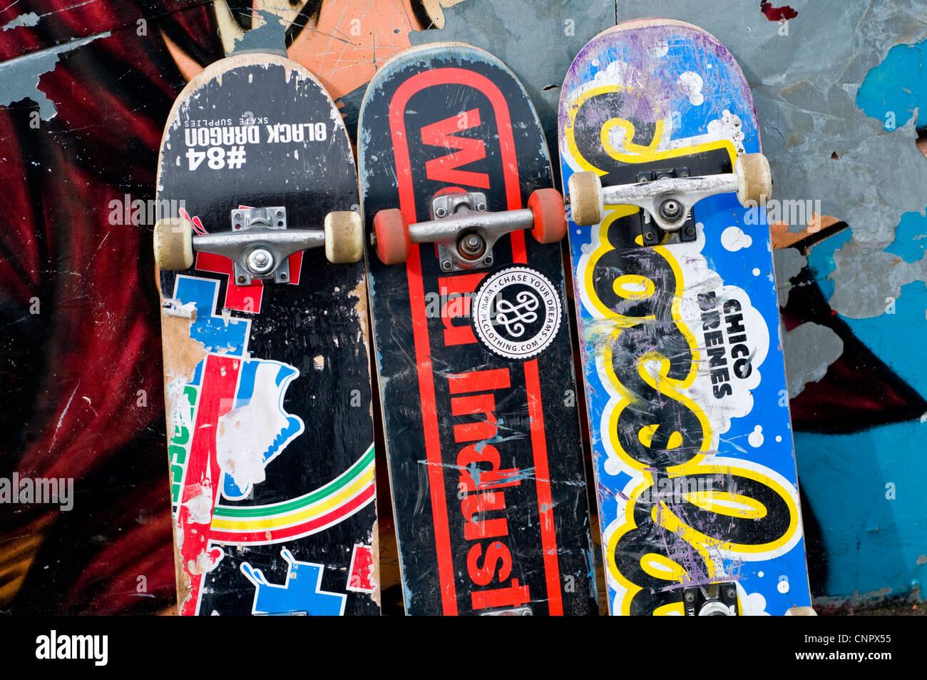 Tre skateboard appoggiato contro una parete Immagini Stock