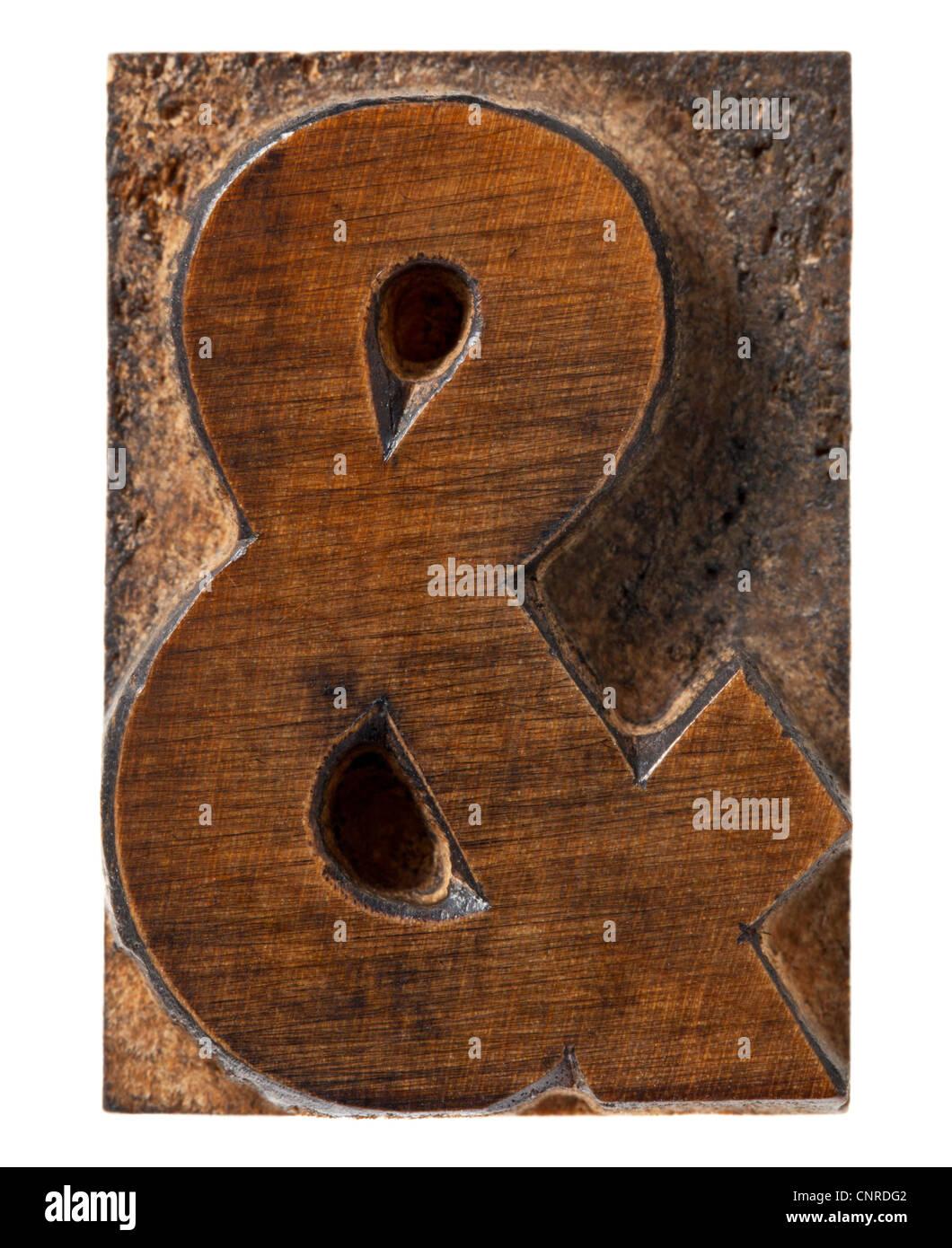 Ampersand simbolo - isolato in legno vintage rilievografia blocco tipo Immagini Stock