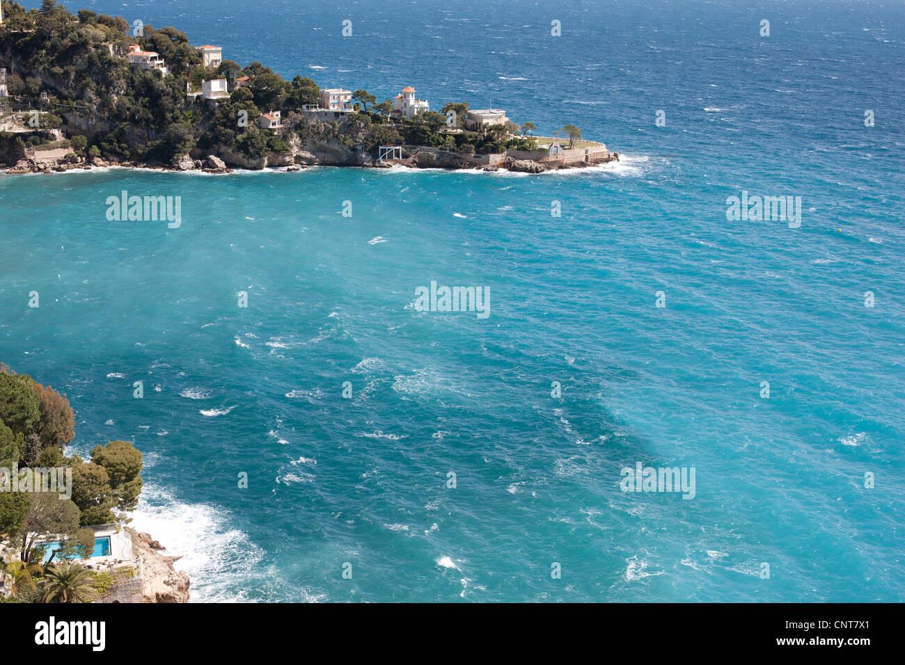 MALA capo roccioso promontorio con lussuose ville sull'azzurro del Mediterraneo della costa, Costa Azzurra, Immagini Stock