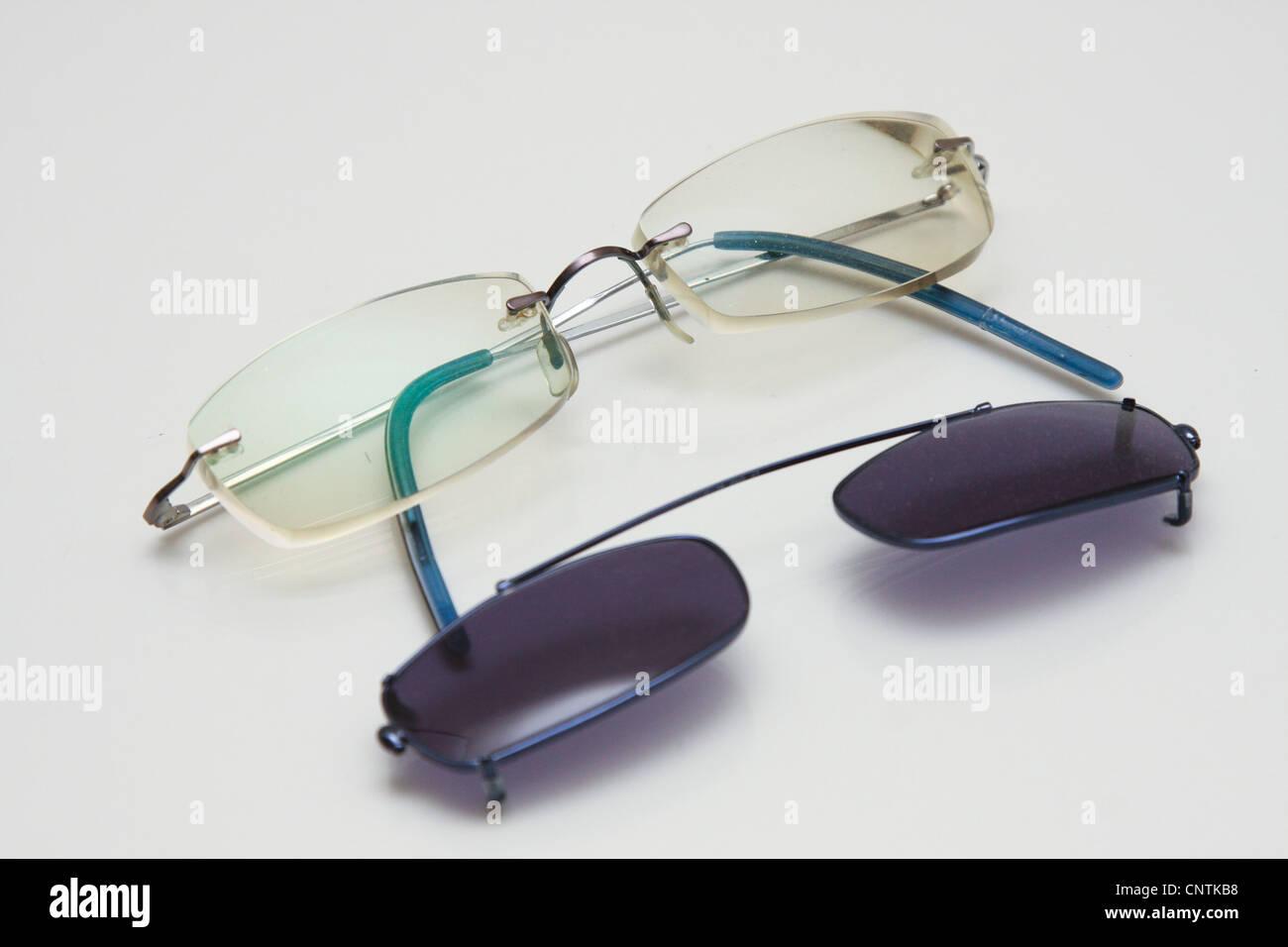 Gli occhiali da lettura occhiali da sole agganciare Immagini Stock