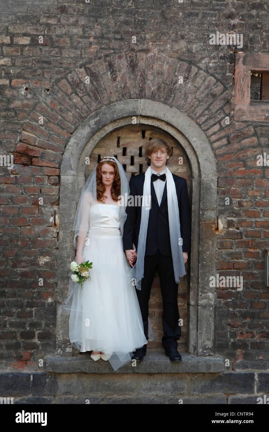 Sposa giovane in piedi in arch Immagini Stock